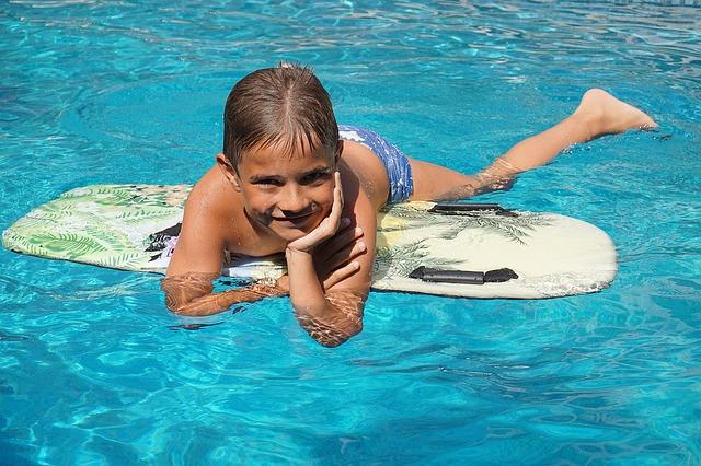 chlapec na surfu