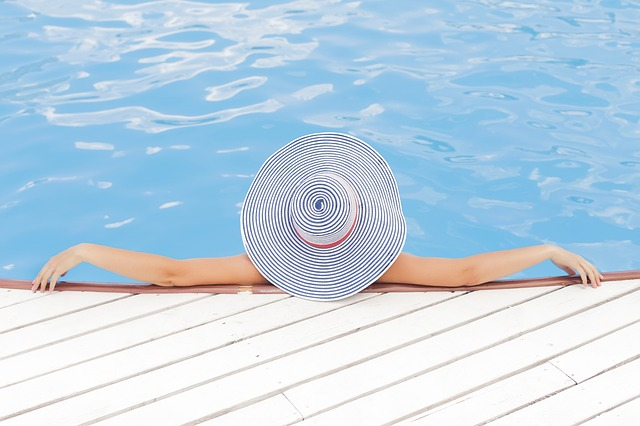 žena s kloboukem ve vodě