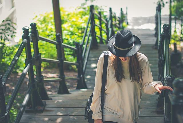 dívka jde po schodech