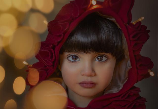 Portrét malého děvčete s červenou kápí na hlavě