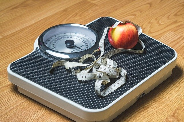 osobní váha s metrem – znaky pro hubnutí